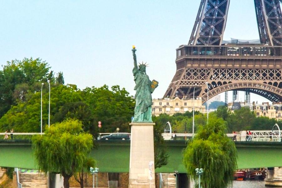 лебединый остров в париже фото название животное получило